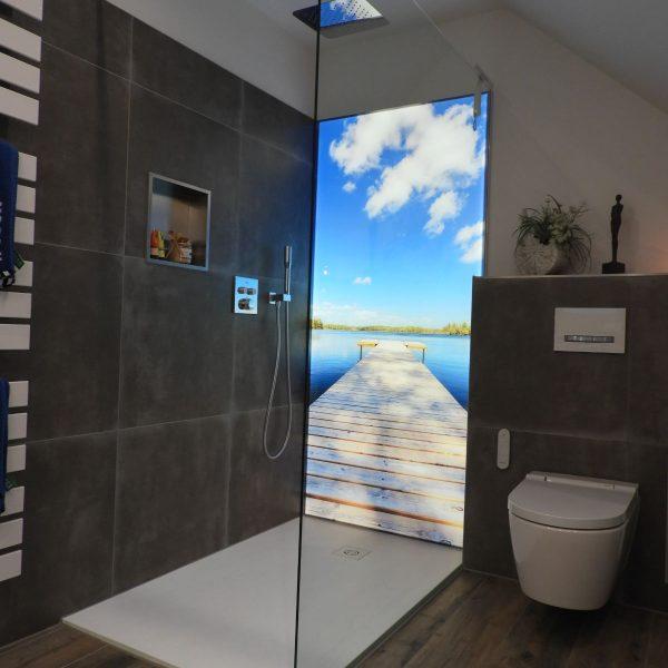 Badsanierung mit beleuchteter Rückwand und freistehender Badewanne in Stammham bei Ingolstadt im Landkreis Eichstätt nachher 01